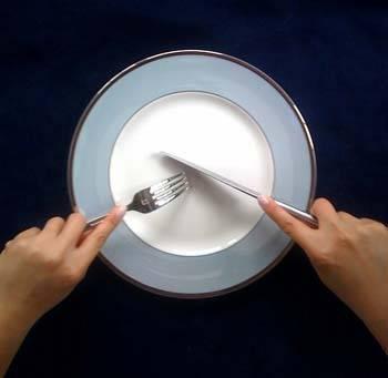 Yemek yerken çatal niçin sol elde tutuluyor?